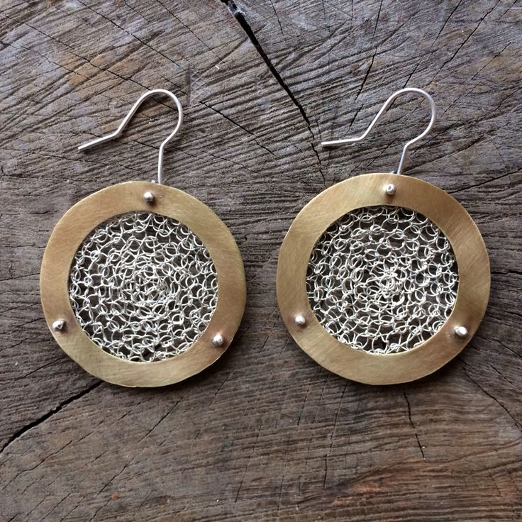 Silver & bronze earrings - crocheted metal :: Caro Fischer :: Joyería Contempránea de Autor :: Contemporary Handcrafted Jewelry