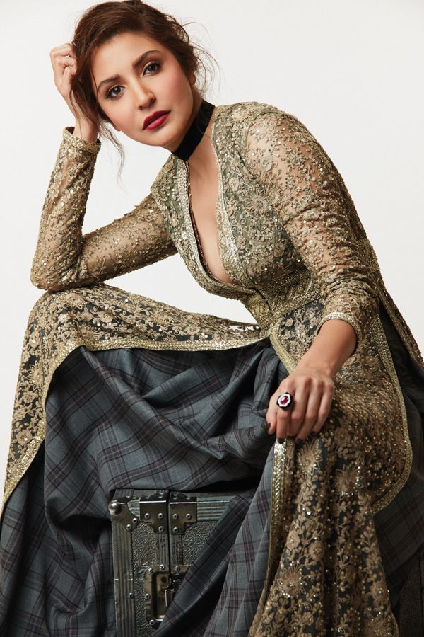 Beautiful #Desi long jacket on @AnushkaSharma, weird inners! via @sunjayjk