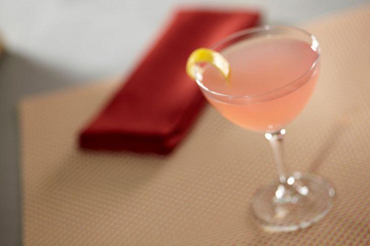 Es gibt einige (wenige) Cocktails, die ein ganzes Jahrzehnt geprägt haben. Der Cosmopolitan, ein rosafarbener, angenehm pikanter Cocktail, der klassischerweise in einem Martini-Glas serviert wird, ist aus den 90er-Jahren nicht wegzudenken.