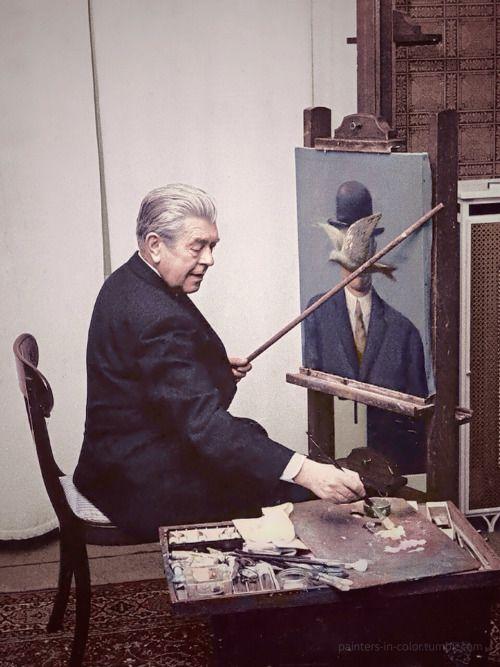 René Magritte at work in his living room, 1964. Supongo que se puso traje solo para la foto no?