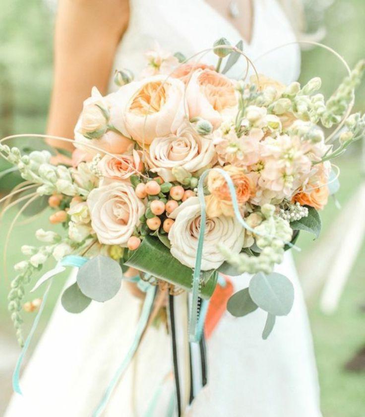 Bouquet da sposa: rose, rose inglesi, hypericum, speronella e verdi B3