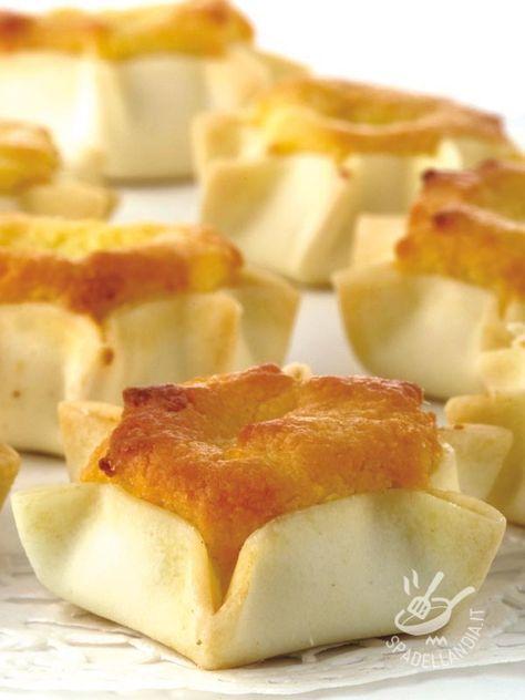 Sardinian sweets with ricotta and saffron - Le Formaggelle sarde ricotta e zafferano ricordano gli aromi e gli ingredienti tipici sardi, essendo dolcetti tipici della tradizione dell'isola.