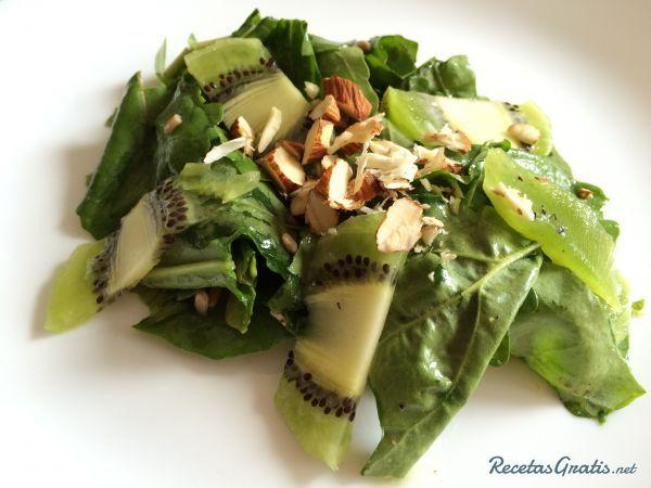 Aprende a preparar ensalada verde con kiwi con esta rica y fácil receta.  El kiwi es una fruta que aporta tanto vitaminas como sales minerales, es excelente para...