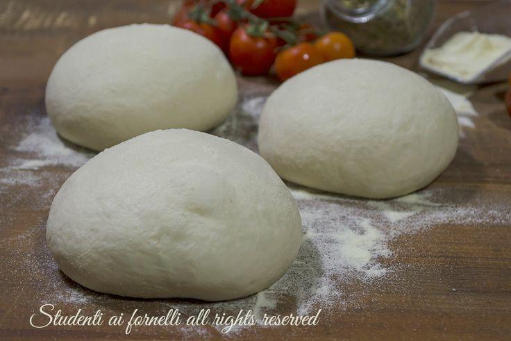 Pizza con semola a lunga lievitazione digeribile e leggera, con poco lievito e alta idratazione. Ricetta impasto per pizza facile come pizzeria e forno.