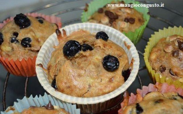 Ricetta muffin senza grassi animali (vegan e buono) Oggi avevo voglia di un dolcetto leggero così ho preso una ricetta per muffin ai mirtilli e l'ho trasformata in una ricetta tutta vegetale e pure senza glutine.  Ho sostituito l'uovo con la banana, #ricetta #dolci #muffin #vegan