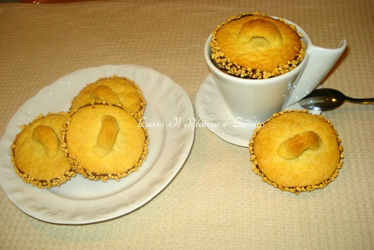 Coperchietti di frolla , i biscotti restano friabili per alcuni giorni. Si possono preparare in anticipo e conservarli in scatole di latta.