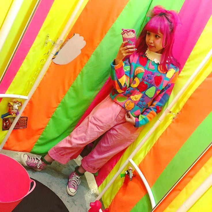 . . 昨日自分で髪の毛染めた🤗💖 フルーツのカーディガンすごいお気に入り🍉🍊🍍🍇🍎🍓✨ . 靴下もイチゴ🙆 . #me#today#code#fashion#closet#colorful#fruit#used#selfie#pink#new#hair#color#converse#sneaker#harajuku#japan#takeshitastreet#コーデ#カラフル#派手#古着#ピンク#コンバース#ニューヘアー#セルフ