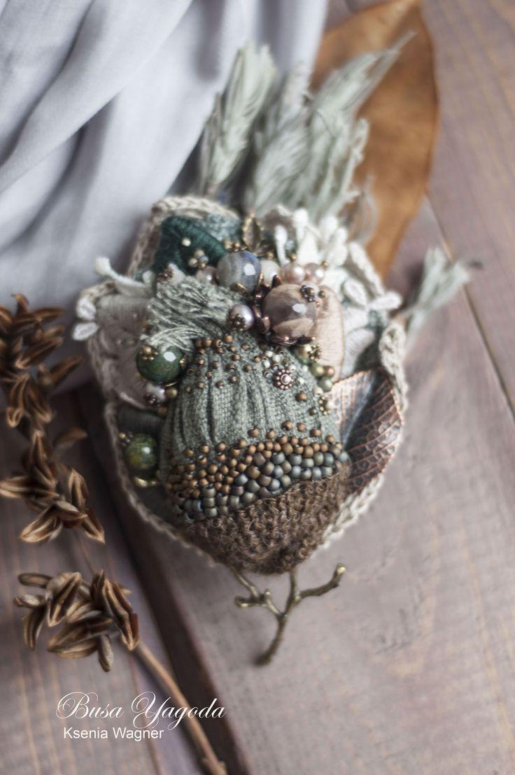 Купить или заказать Брошь 'Ноябрь' в интернет-магазине на Ярмарке Мастеров. Крупная брошь. Гамма выдержана с холодных полынных, зеленых оттенках:серо-зеленый, темный хвойный, травяной. Отдельные акценты теплых кремовых оттенков, и немного серого. Белый жемчуг и декоративные растительные фрагменты из кружева придают женственности и легкости. Брошь тяжелая, для пальто и плотных тканей.