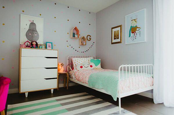 Lit de fer blanc et accessoires de style nordique chambre de fille
