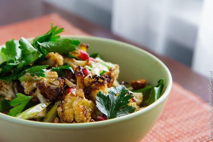 Цветная капуста - лучший ингредиент для зимних салатов, ведь другие овощи в это время года не блещут, а капуста прекрасно впитывает вкус кисло-сладкой заправки.