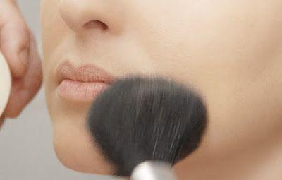 O pó facial (solto ou compacto) foi inventado para ser usado na finalização da maquilhagem, par...