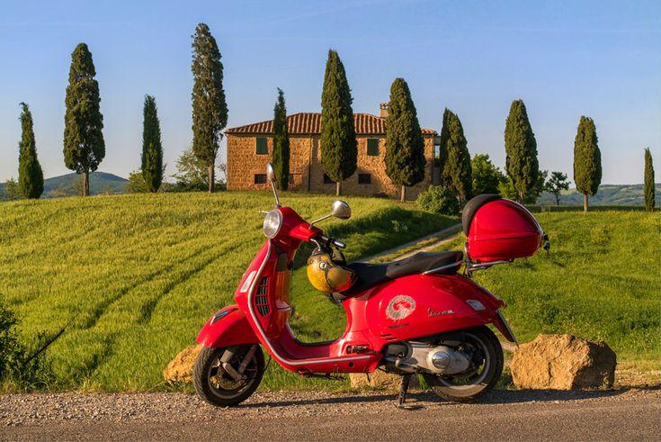 フリー写真 イタリアの田舎風景とベスパのスクーター