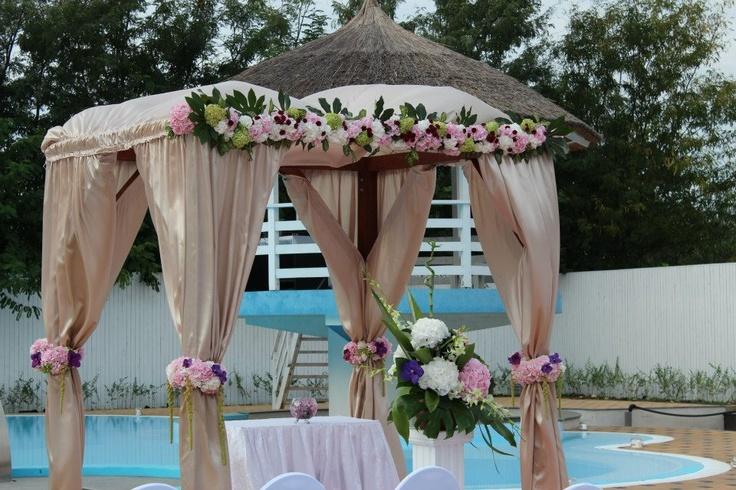 Arcada de ceremonii la Salon du Mariage Toujours L'Amour  www.salondumariage.ro