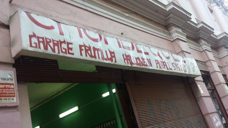 Vista de cerca a la tienda Garage, Frutillas, Halloween y Pinballs en #Valparaíso #JustInChile www.BayEssence.com