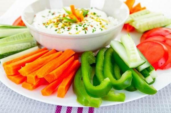 Nyers zöldségfélékhez tökéletes dip a kéksajtos mártás, amit a legegyszerűbben úgy készíthetünk el, hogy 4 személyre 15 dkg kéksajtot (márványsajtot, rokfortot) összetörünk, kevés mustárral, sűrű joghurttal vagy tejföllel, némi borssal alaposan elkeverünk. Sózni nem is szükséges, hisz a kéksajt eleve sós. Érdemes apróra vágott, zsiradék nélkül pirított dióval is kipróbálni – pirítóssal egyszerűen mennyei.