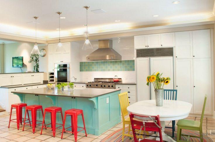 Banquetas de ferro são muito bem-vindas na cozinha, além de trazerem conforto também decoram com muito estilo! 😉