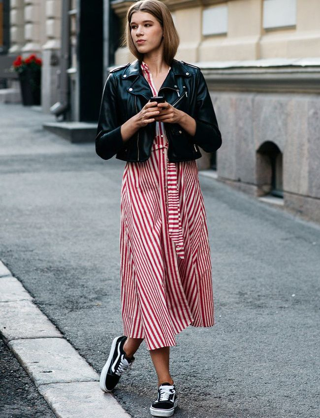 Perfecto en cuir noir + robe mi-longue rayée + baskets = le bon mix