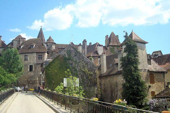 A deux pas du gouffre de Padirac et de Rocamadour, Carennac a conservé son allure d'antan. En témoigne notamment son superbe prieuré clunisi...