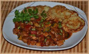 1 kg vepřového masa (např. plec) 1 cibuli 1 červenou papriku 1 žlutou papriku 1 chilli papričku 1 plechovku rajčat (400 g) 200 g žampionů 1 malou cuketu 2 jarní cibulky Sůl, čerstvě mletý pepř Trochu čínské sójové omáčky Tuk – sádlo nebo olej..  Celý příspěvek →
