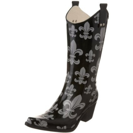 Pinning for a friend who LOVES boots and fleur de lis!  Think my daughter mat like em as well.
