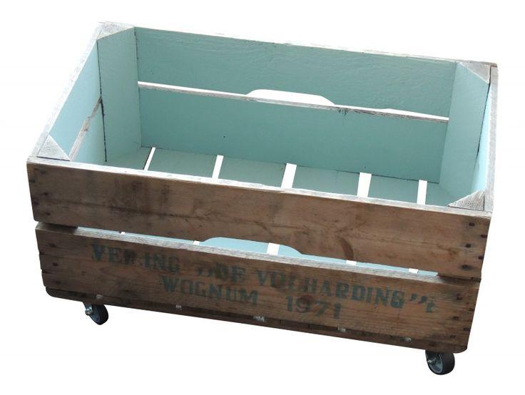 Oud kistje op wielen duck egg blue