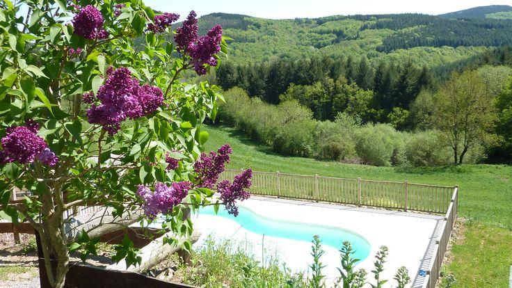 "Zwembad ""with a view"" op de kleine camping Domaine Lacanal Frankrijk"