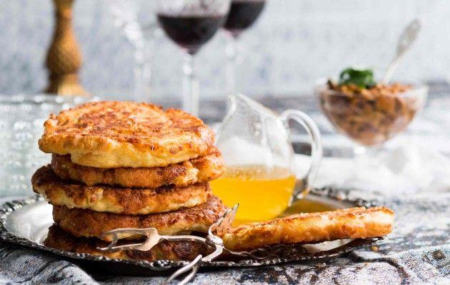 Paistetut hatsapuri-leivät eli mokhrakulit syntyvät kätevästi blinipannulla. Tarjoa leivät voisulan kanssa.
