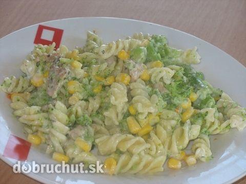 Fotorecept: Cestovinový šalát s brokolicou -  Brokolicu nakrájame na väčšie ružičky..  Mäso nakrájame na kocky. Môžeme použiť aj šunku...