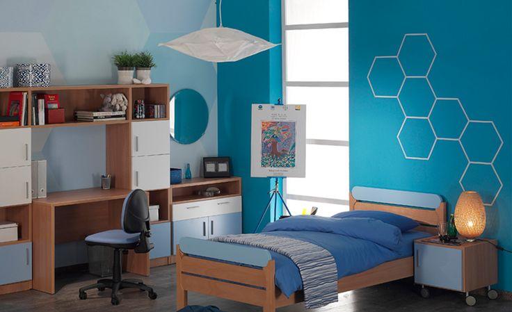 Ζωγραφική στον τοίχο σε δωμάτιο εφήβου με γεωμετρικά σχήματα και ήρεμα τυρκουάζ χρώματα. Δείτε περισσότερες ιδέες διακόσμησης για το παιδικό ή εφηφικό δωμάτιο στη σελίδα μας  www.artease.gr
