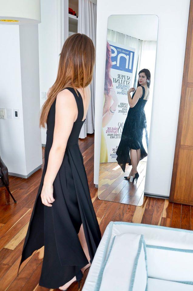 No podría faltar la opción de un vestido negro para Tessa Ia.