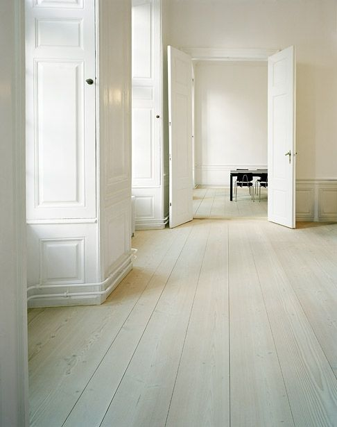 Classical interior with a beautiful Dinesen floor. Designer unknown.