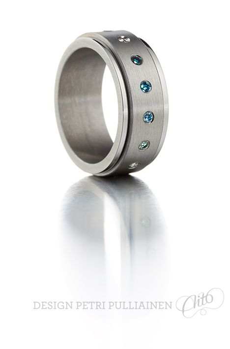 Other view of revolving ring with diamonds. Photo Teemu Töyrylä.