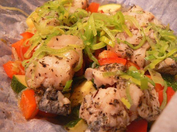 Soczysta ryba z warzywami gotowana na parze