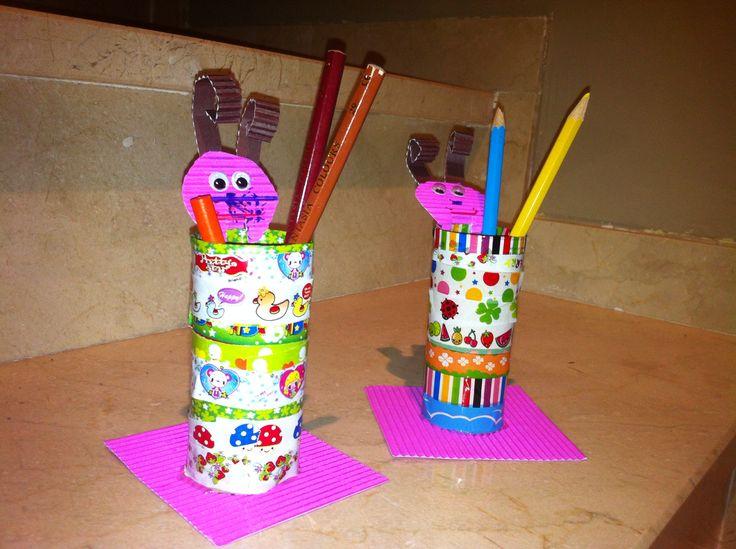 Lapiceros con tubo de rollo de papel higiénico, washi tapes , y cartón . Se han divertido de lo lindo.