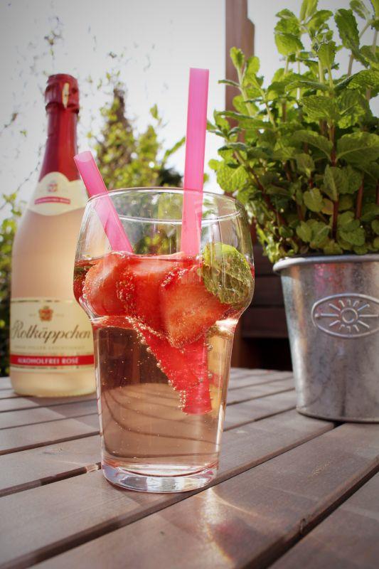Frische Erdbeere versteht sich ganz hervorragend mit alkoholfreiem Sekt