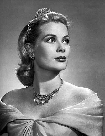conhecida como a musa de Alfred Hitchcock, beleza de olhos azuis de Grace Kelly também capturou o coração do príncipe Rainer do Mónaco no Festival de Cannes, e ela passou a se tornar uma princesa com a idade de 26. Ela foi uma das Hollywood de ouro meninas, mas também um ícone de estilo verdadeiro lembrado por uma aparência distinta que contou com vestidos de renomados estilistas de Hollywood, incluindo Helen Rose e Edith Head, pérola excepcional e jóias com diamantes  e alta costura…