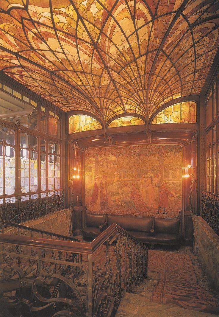 Horta projetou todo e cada detalhe; móveis, carpetes, iluminação, as mesas e até mesmo a campainha. Utilizou materiais caros como mármore, ônix, bronze, madeiras tropicais e outros mais.