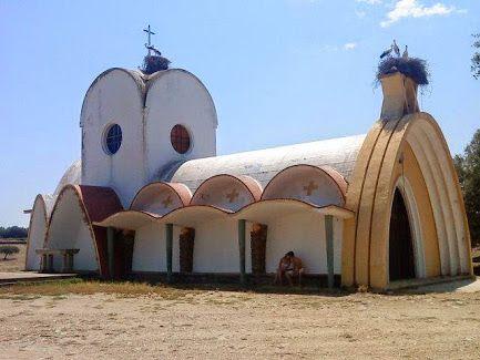 Ermita con nidos de cigüeñas en la dehesa camino de Moraleja a Alcántara.