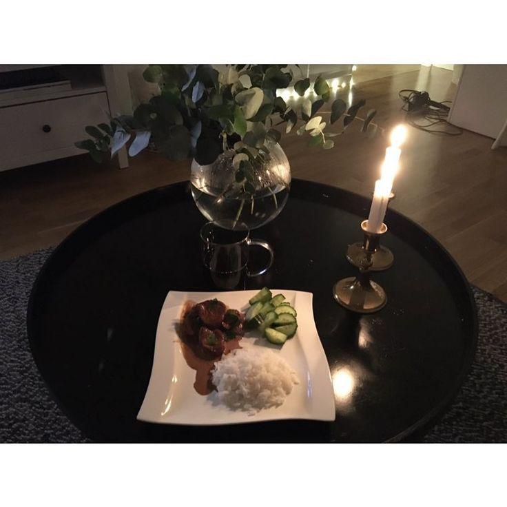 Middag och farmen 😝😍 Världens lättaste köttgryta men så god ! Skiva upp en fläskfilé och lägg i en ugnsform, blanda 3dl grädde 1 dl soya 1,5 dl lingonsylt och häll det sedan över köttet, in i ugnen i 45 min i 225 grader 😋