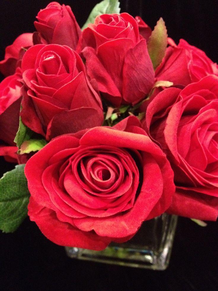 Red velvet rose arrangement in square glass vase