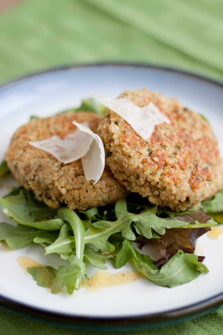 Quinoa cakes with garlic, parmesan, and lemon Delicious Healthy ...
