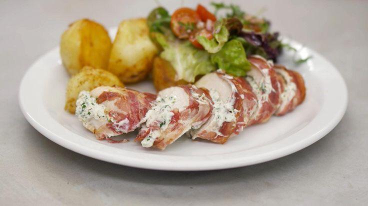 Wie trek heeft in een bord 'fijn eten' zal gelukkig zijn met deze gevulde kipfilets. Jeroen verstopt smaakvolle kruidenkaas in de stukken kip, en daarna krijgen ze een cadeauverpakking van pancetta. Serveer de kip in plakjes, samen met gebakken aardappelen en een kom vol verse sla met tomaatjes.