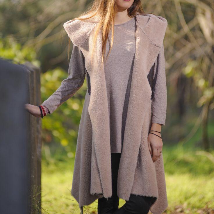 Ποιος είπε ότι το γιλέκο είναι ανδρικό ρούχο;    Φέτος το χειμώνα έχουμε μια μεγάλη είσοδο στη γυναικεία γκαρνταρόμπα και δεν είναι άλλο από το γιλέκο σε μακριά εκδοχή. Ένα ολίγον ανδρικό ρούχο, προσαρμόζεται στη γυναικεία μόδα, παίρνει αρκετό μήκος και φοριέται πάνω από οτιδήποτε. Από φούστες, φ