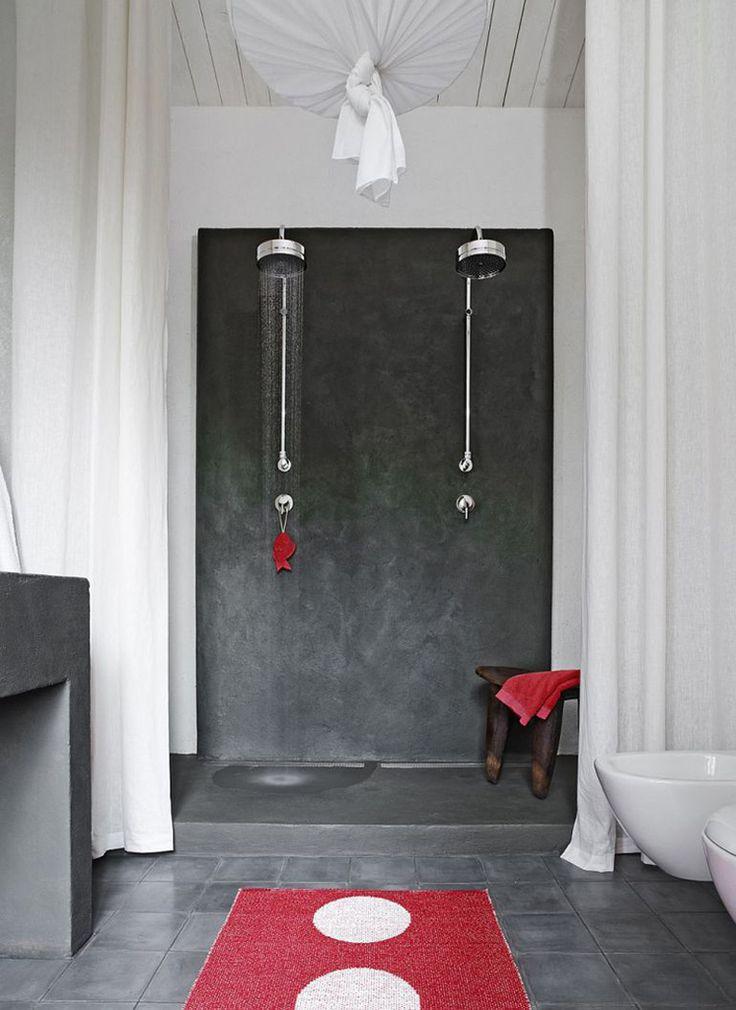 Два душа в ванной комнате. Красные полотенце, коврик и мочалка добавляют красок в черно-белый интерьер ванной комнаты.  (средиземноморский,средиземноморский интерьер,средиземноморский дом,средиземноморский стиль,деревенский,сельский,кантри,архитектура,дизайн,экстерьер,интерьер,дизайн интерьера,мебель,ванна,санузел,душ,туалет,дизайн ванной,интерьер ванной,сантехника,кафель) .