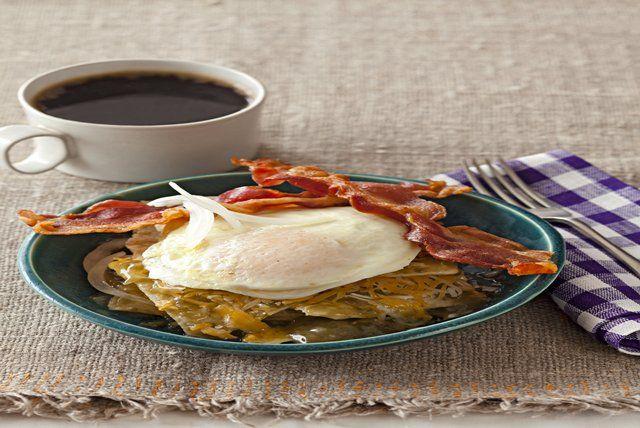 Chilaquiles con huevo y tocino