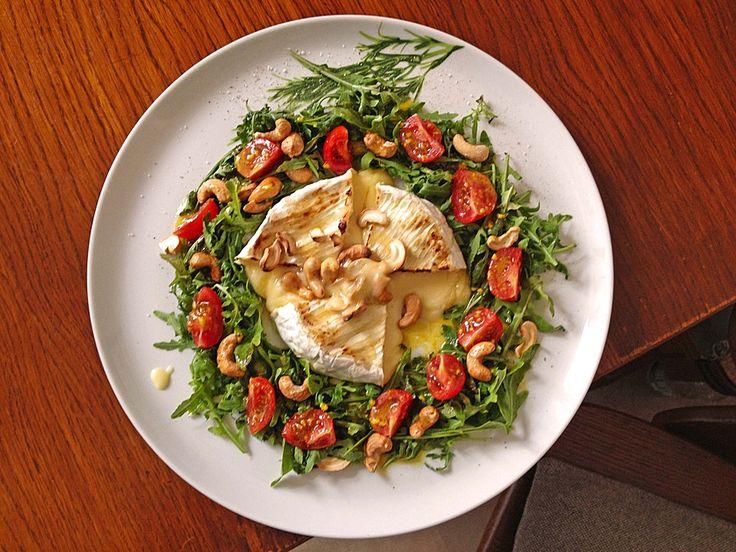 Gebackener Camembert an Honig-Senf-Sauce mit Rucola-Tomaten-Salat, ein schönes Rezept aus der Kategorie Käse. Bewertungen: 9. Durchschnitt: Ø 4,5.