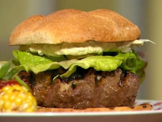 Esses Hambúrgueres Defumados de Cerveja com Molho Cremoso de Mostarda da Chef Rachael Ray são indispensáveis para qualquer hamburgueiro de carteirinha.