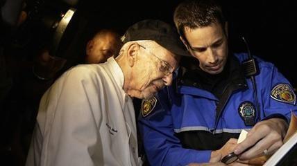 """Un uomo di 90 anni, Arnold Abbott, è stato arrestato la scorsa domenica per aver offerto del cibo ai senzatetto di Fort Lauderdale in Florida.  """"E' nostro diritto nutrire le persone, lo dice il Primo Emendamento. Credo in Dio e nella fratellanza degli uomini, ci dovrebbe essere consentito di nutrire il nostro prossimo. Per questo mi batterò fino a quando ci sarà vita nel mio corpo""""."""