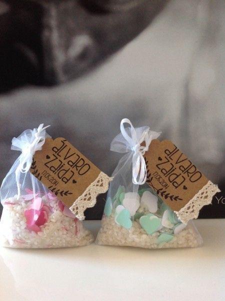 Bolsitas de arroz adornadas con etiqueta y sello de www.trocitosdeboda.com