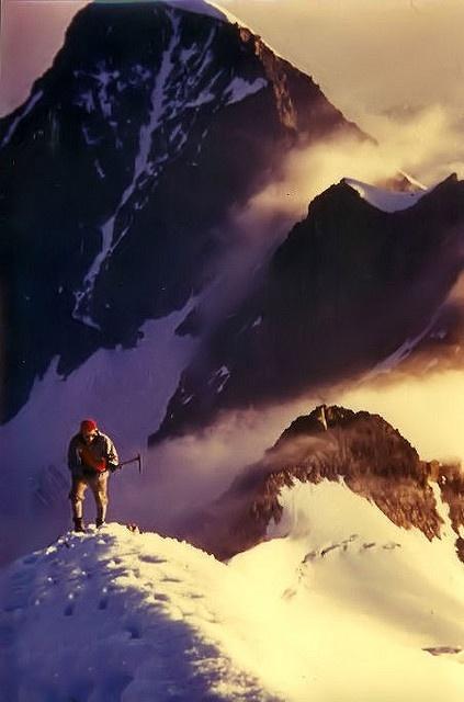 Sonnenaufgang beim Aufstieg über den Biancograt zum Piz Bernina (4049 m) im Engadin in der Schweiz     . Beautiful places around the world!